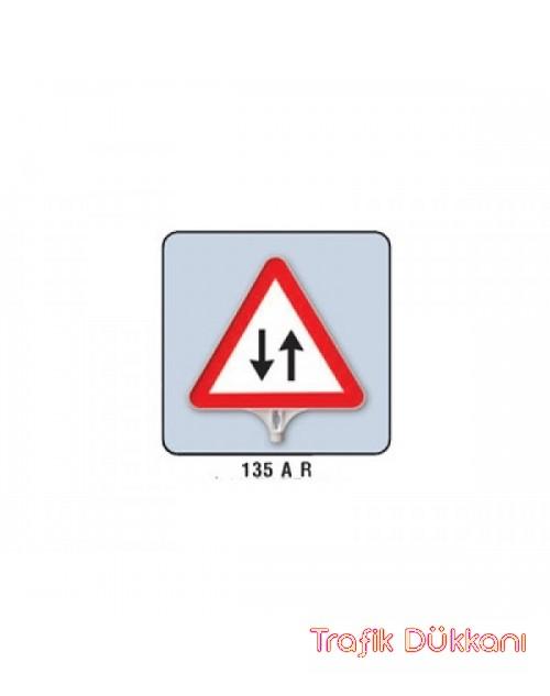 İKİ YÖNLÜ TRAFİK - ÜÇGEN UYARI LEVHASI - TD2504